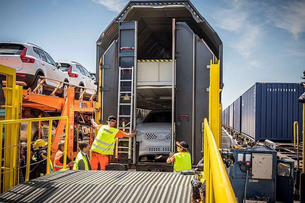 從比利時Gent港口返回的列車,也會裝載瑞典Torslanda廠製造的XC90旗...