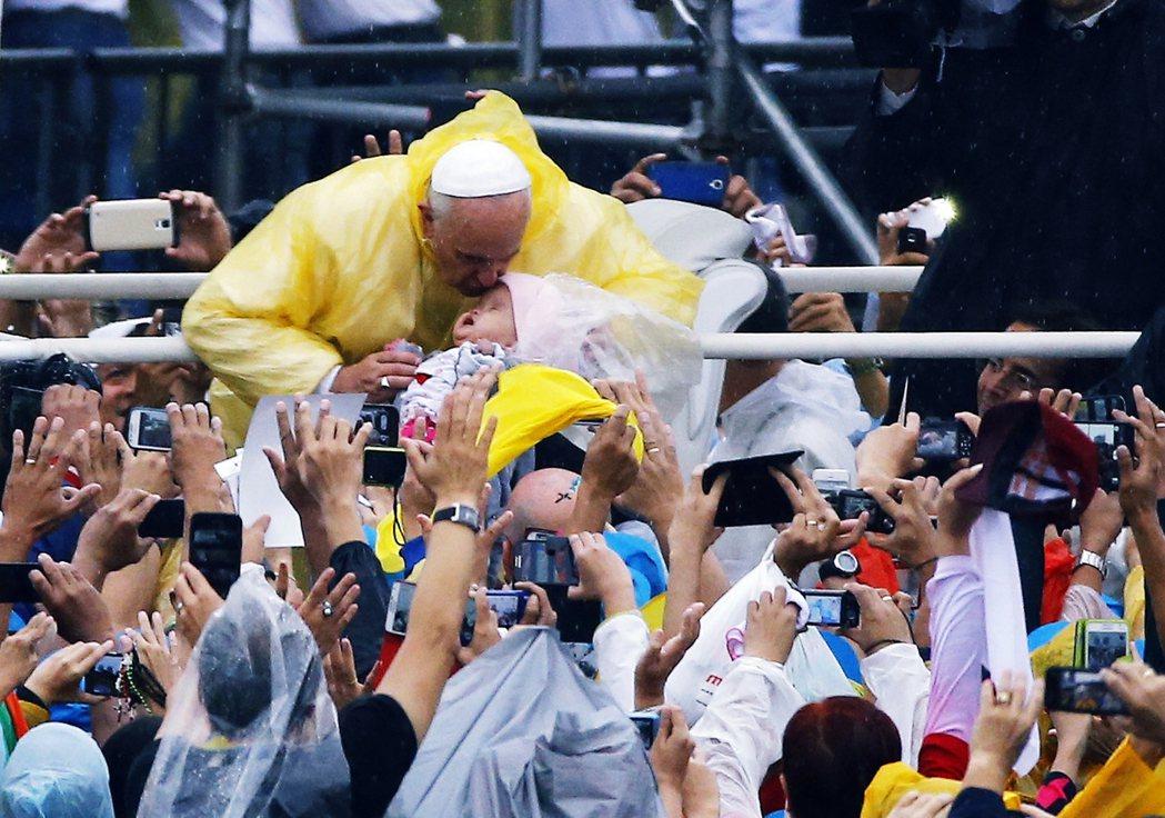 圖為2015時,教宗方濟各出訪菲律賓。菲律賓神職人員涉入性騷擾等相關事件時有所聞...