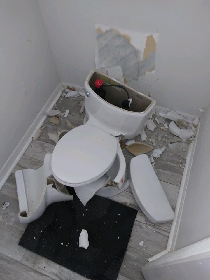 日前美國佛州一戶住家,因化糞池被閃電擊中,導致家中馬桶整個被炸碎。圖擷自紐約郵報