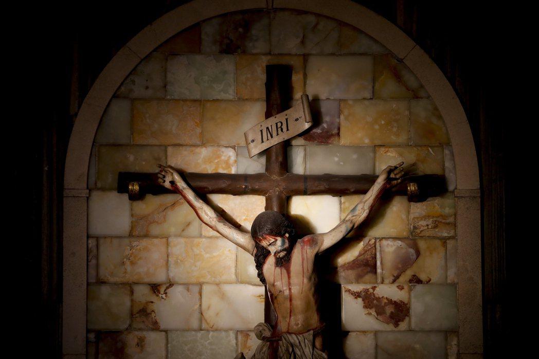 無論是小說《噩夜絕歌》,還是紀實報導《秘密祭壇:菲律賓天主教的性、政治與金錢》,...
