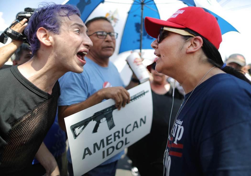 8月7日,川普的支持者(右)與反對者(左)在艾爾帕索的示威對峙。 圖/法新社