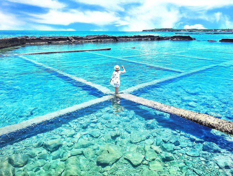 圖/澎湖的石滬秘境,一條條交錯的步道,讓清澈又平靜的海水,有非現實的意境。網友 gominkin授權