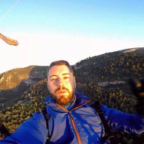網紅YouTuber挑戰驚險的極限運動,沒想到卻發生意外喪命!西班牙一名29歲 YouTuber Ruben Carbonell 昨日挑戰定點跳傘,因設備問題意外從15樓高的煙囪墜落,當場死亡。據外...