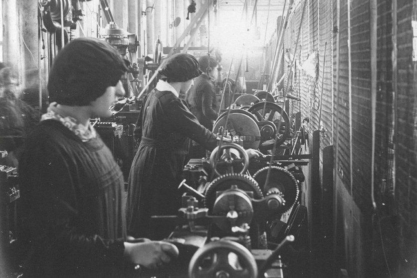 物資分配緊張,工業勞資關係緊張、「讓工業家戰爭販子獲益」的說法在基層大行其道,再...
