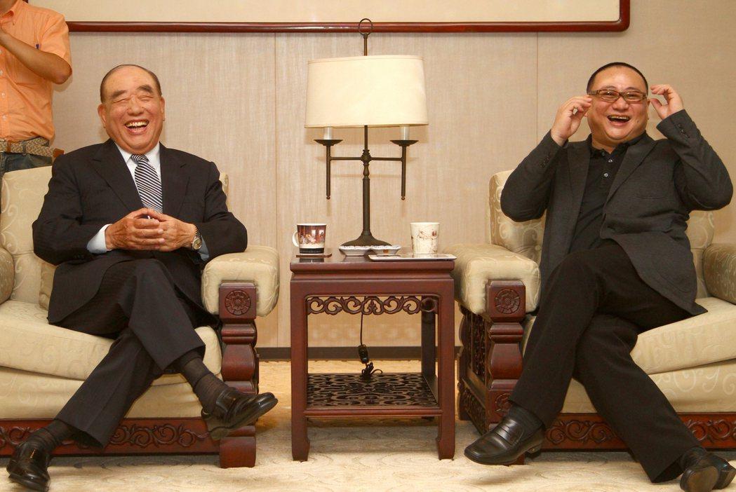 郝柏村(左)與聯合報系王董事長合影。(圖/聯合報系新聞資料照)