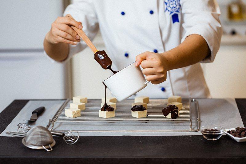 ▲Spark Protein高蛋白口袋零食由藍帶甜點師研發製作。 圖/Spark...