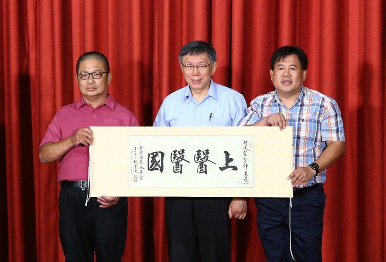 柯文哲創立台灣民眾黨,打反貪污牌、強調自己的醫生屬性、要讓人民過好日子。 圖...