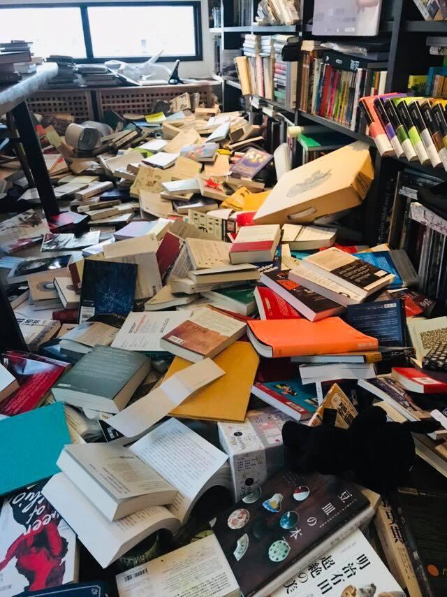 電視節目主持人、也是旅行家的謝哲青,早上地震完後,他在臉書貼出災情回報,近千本書