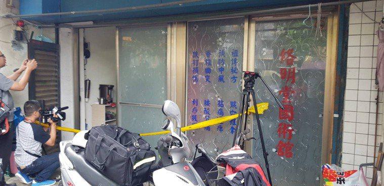 中和區新生街傳出疑似因地震,造成鐵衣架倒下後擊昏呂婦,呂婦又遭掉落的大量衣服掩住...