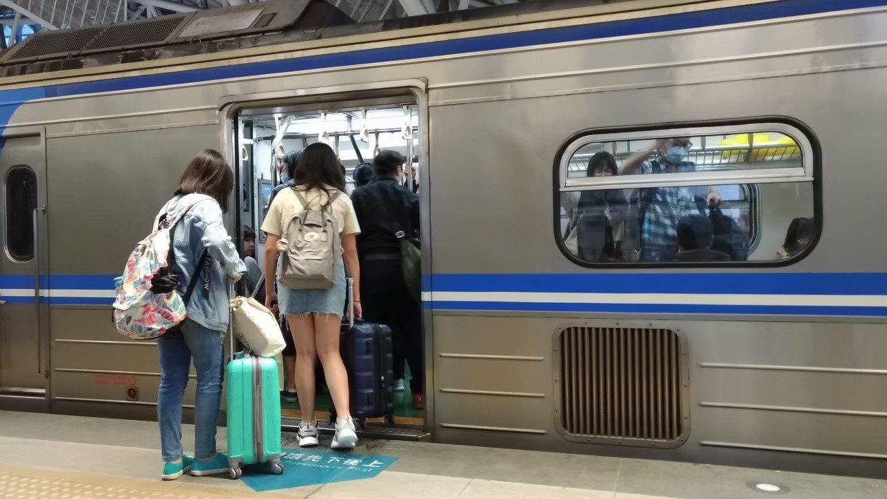 日前一名網友在坐火車時,因為坐在隔壁的大媽一路上一直「放臭屁」,還裝作若無其事,...