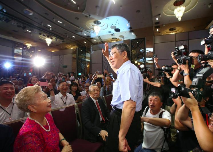 「台灣競爭力論壇學會」今天公布最新民調,柯文哲成立的台灣民眾黨支持度為5%,落後...