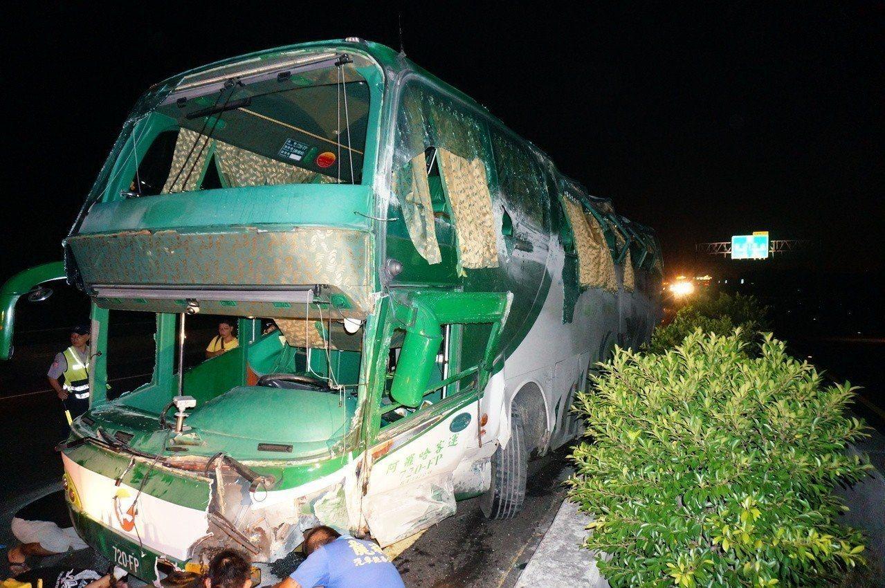 阿羅哈客運去年9月在國道一號北上岡山段自撞護欄,造成全車6死11傷車禍。圖/報系...