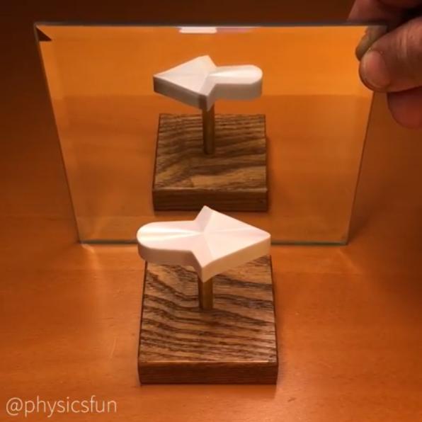 網路瘋傳一個永遠只朝向右指的箭頭。圖/擷自Instagram(@physicsf...