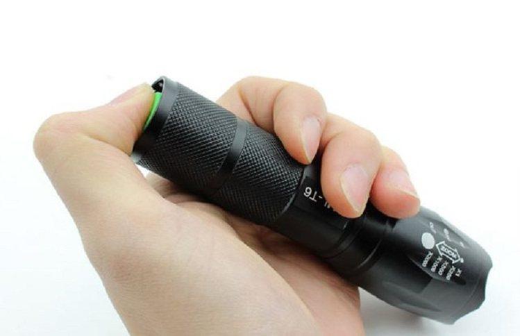 軍規級戰術手電筒,原價900元、松果購物特價283元。圖/松果購物提供