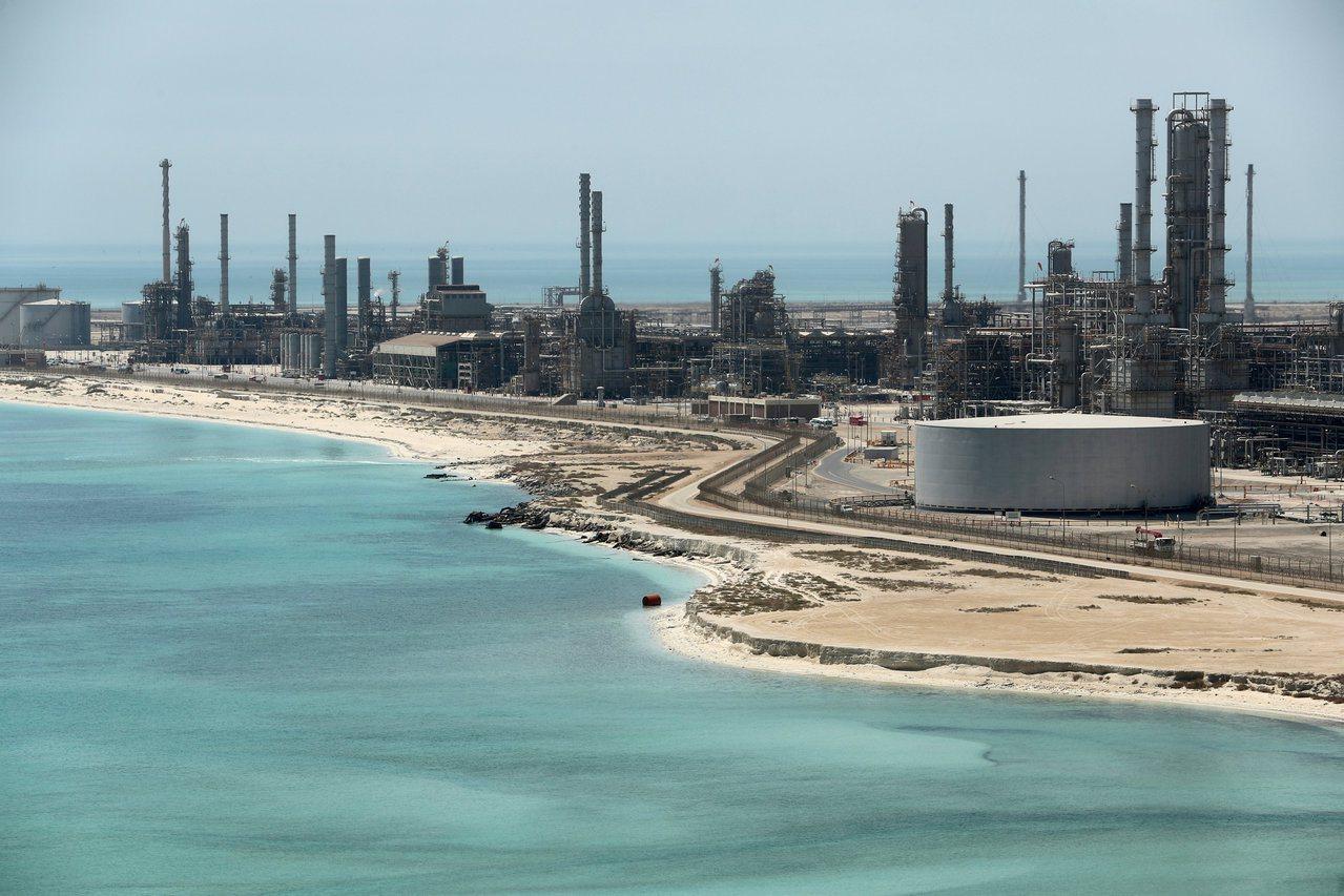 沙烏地阿拉伯一處煉油廠的石油碼頭。 路透