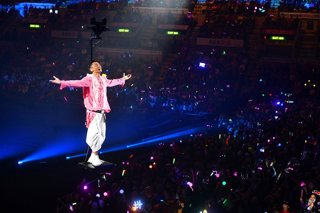 劉德華搭乘吊以2條鋼絲、容納單人的小舞台環繞空中。圖/台灣映藝提供