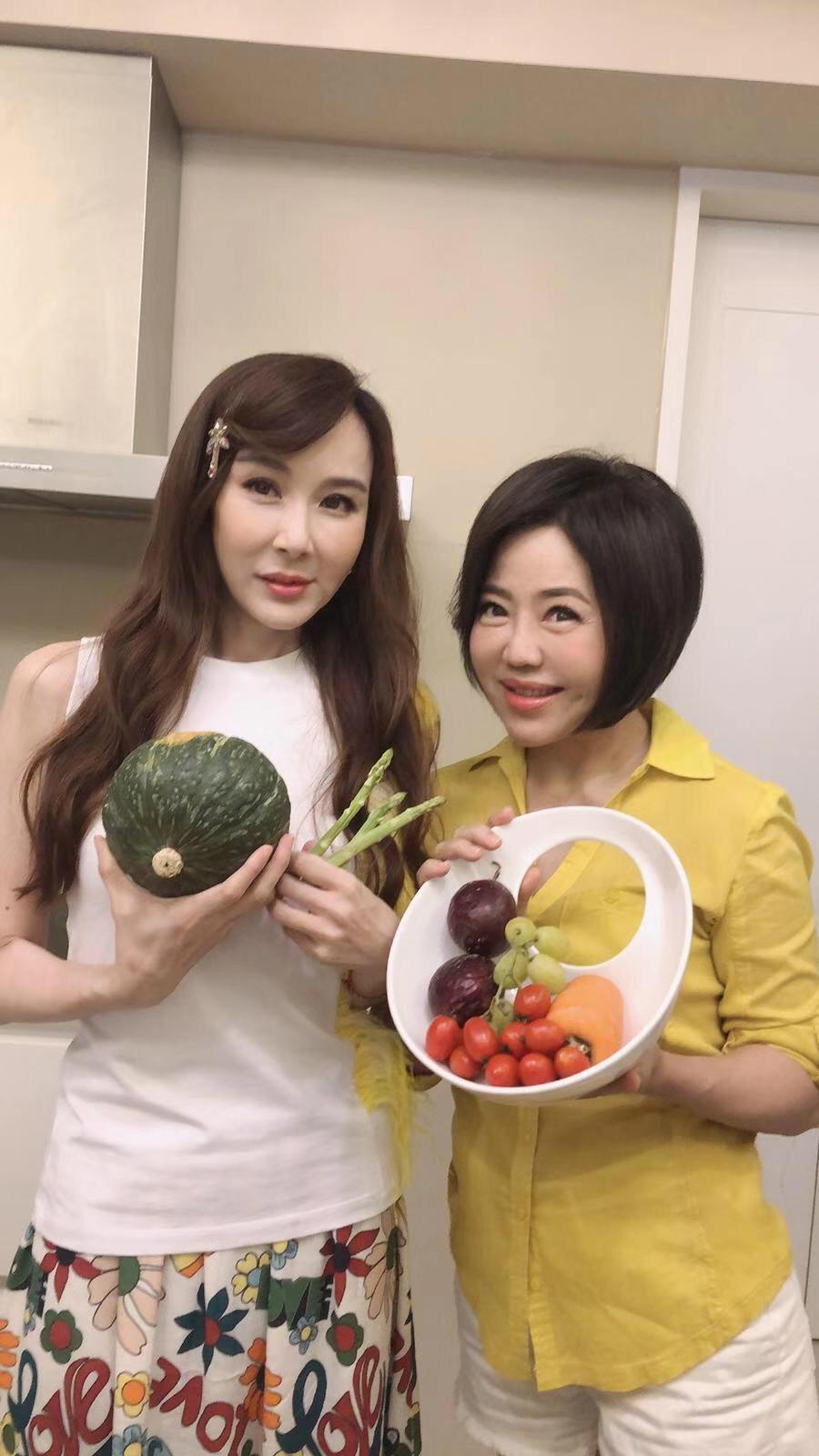 蕭薔(左)受邀上于美人的直播節目「失控廚房」。圖/失控廚房提供