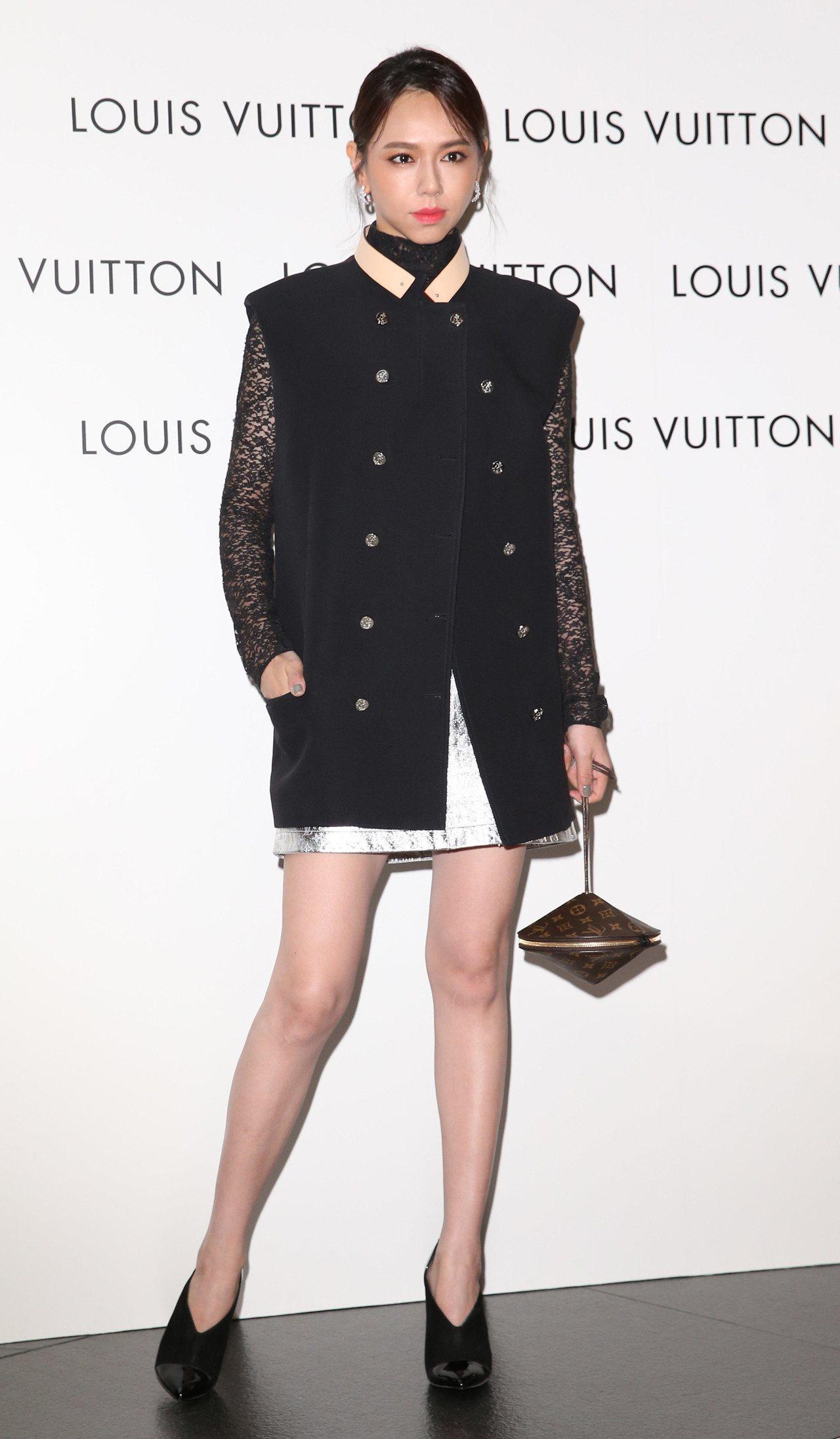 夏于喬穿皮革領雙排釦無袖大衣13萬5,000元、長袖蕾絲上衣84,000元、Mo...