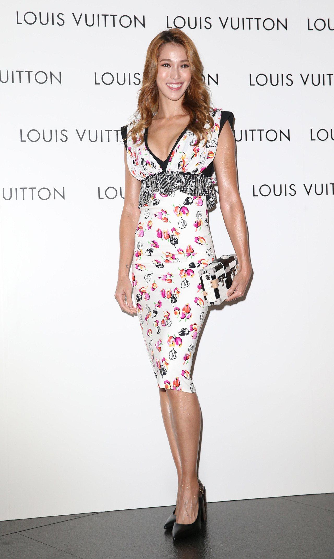 Akemi穿刺繡褶飾高腰連身裙22萬4,000元、高跟鞋價格店洽、Petite ...