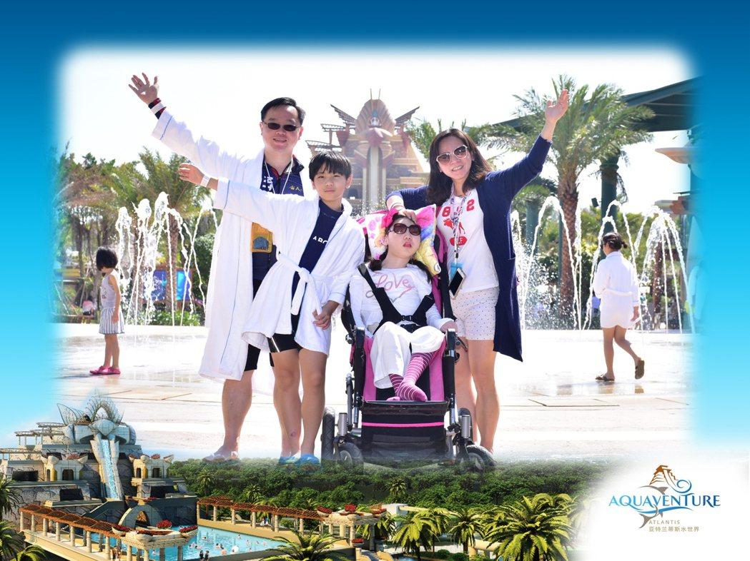 輔大醫院兒童急診科主任王聖儒(左一)今年帶著妻子(右一)、女兒小米(右二)、兒子...
