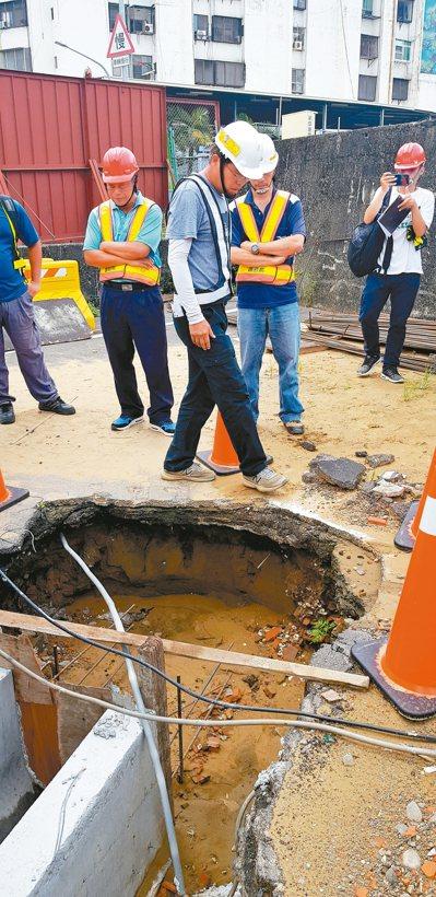 台南市鐵路地下化開挖,在新樓醫院旁發現豐富的文化層,文資處與遺址審議委員昨天前往...