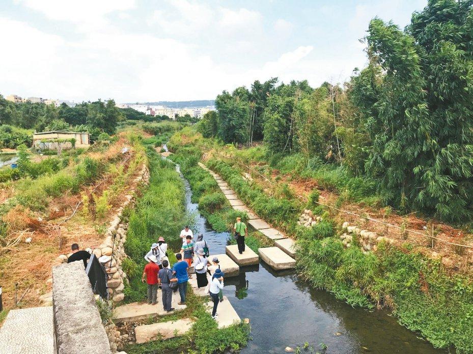 台中沙鹿南勢溪水環境景觀工程去年底完工,台灣河溪網現勘發現,部分踏石底部已被淘空,只剩鋼構固定住,踏上去會大幅度晃動。 記者洪敬浤/攝影