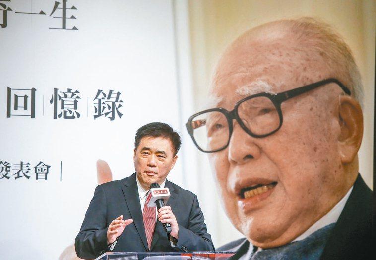 國民黨副主席郝龍斌去年出席「郝柏村回憶錄」新書發表會表示,父親郝柏村是我心目中真...