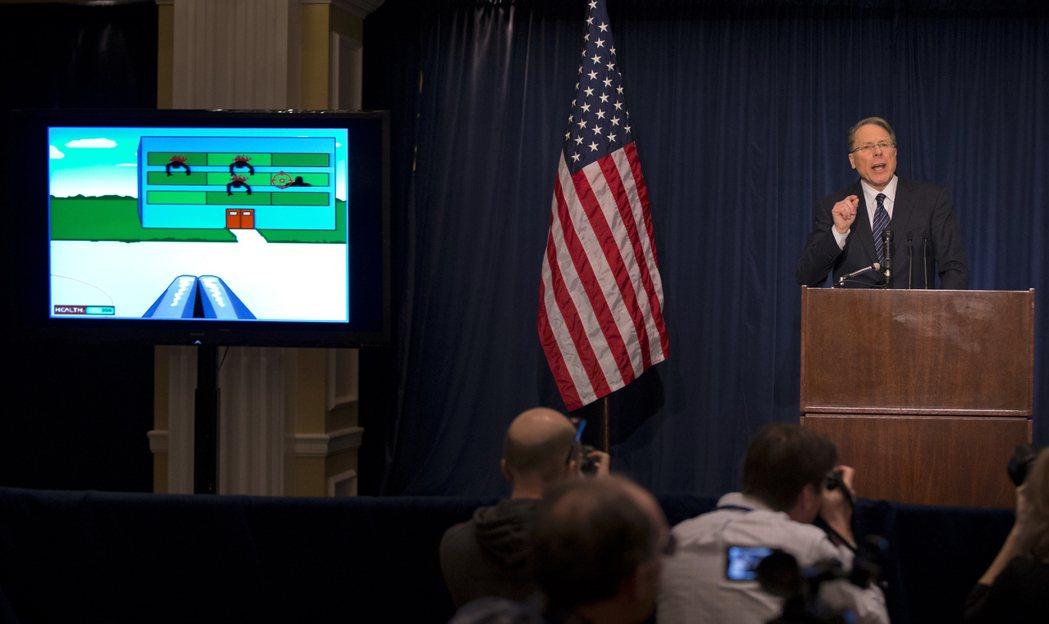 擁槍團體「全美步槍協會」舉行記者會,將槍擊案歸咎於暴力電玩。 (美聯社)