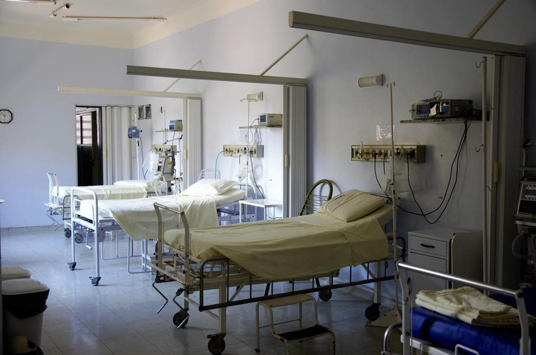 醫護間流傳,若連續2名病患在同張病床上過世,一定要先翻床墊清理乾淨後,再給下一位...