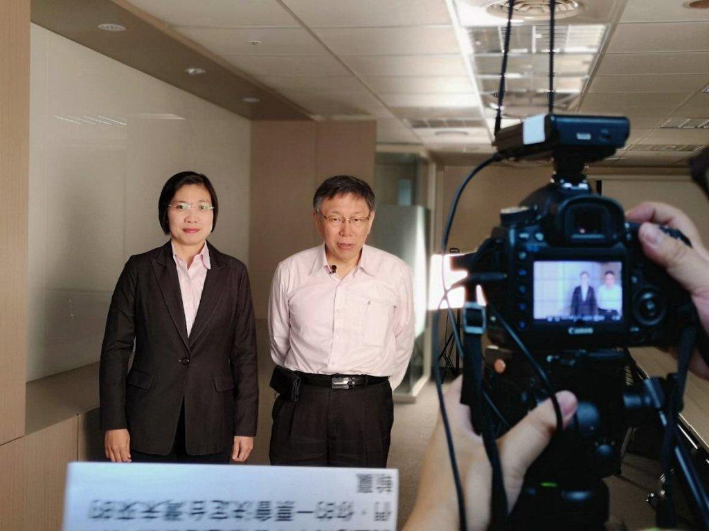 柯文哲(右)日前拍片,力挺徐欣瑩(左)。圖/徐欣瑩競選團隊提供