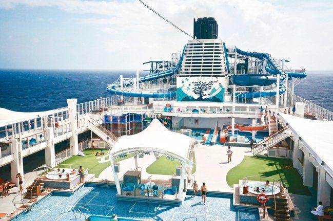 「世界夢號」歡樂的甲板場景,遠處是親子共遊的滑水道。 圖/陳志光、游慧君