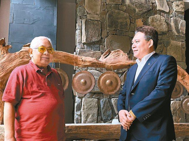 旅遊界聞人游國謙(左)盛讚烏來馥蘭朵對人文風采和自然生態的完美演繹。右為烏來馥蘭...
