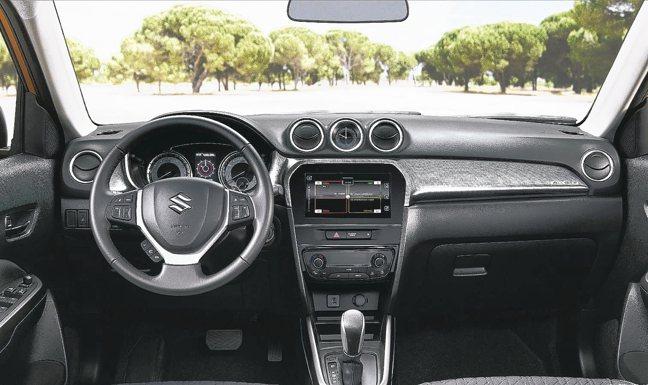 駕駛艙以黑色為基調,全車系儀錶板新增4.2吋全彩整合式多功能型車資訊顯示幕。 圖...