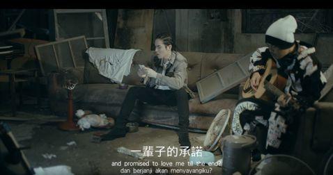 由歌手黃明志、蕭敬騰合作為流浪動物發聲的歌曲MV「流浪狗」,自8月3日上傳YouTube影音平台,觀看次數已突破200萬次。蕭敬騰呼籲,希望更多人關懷流浪動物,執法機構能立法。「流浪狗」這首歌由黃明...