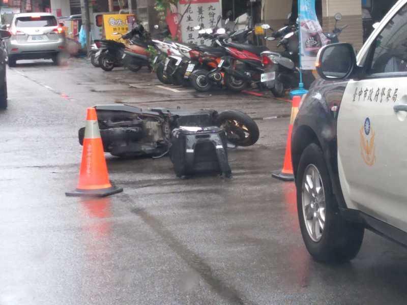 民眾在路上看到有外送員在颱風天工作時出車禍,讓他感嘆「賺錢有數,生命要顧」。 圖/翻攝自「爆廢公社」