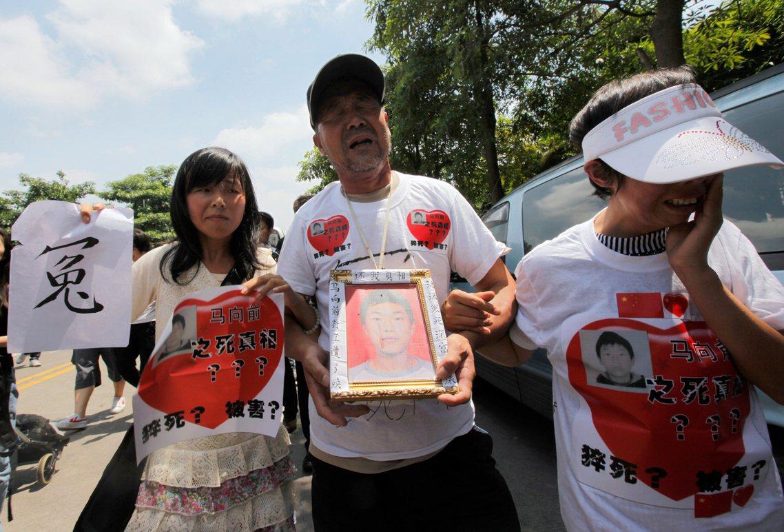 2010年深圳富士康員工馬向前死亡疑案。公司說他是猝死廠區,但家屬懷疑是被主管打...