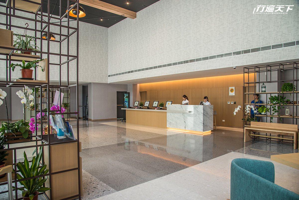 寬闊的接待大廳與衣著深具年輕設計感的接待人員。