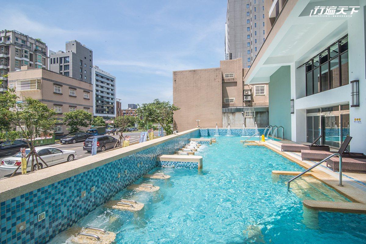 戶外溫泉泳池小巧精緻,穿上泳衣就能在藍天之下自在悠游。