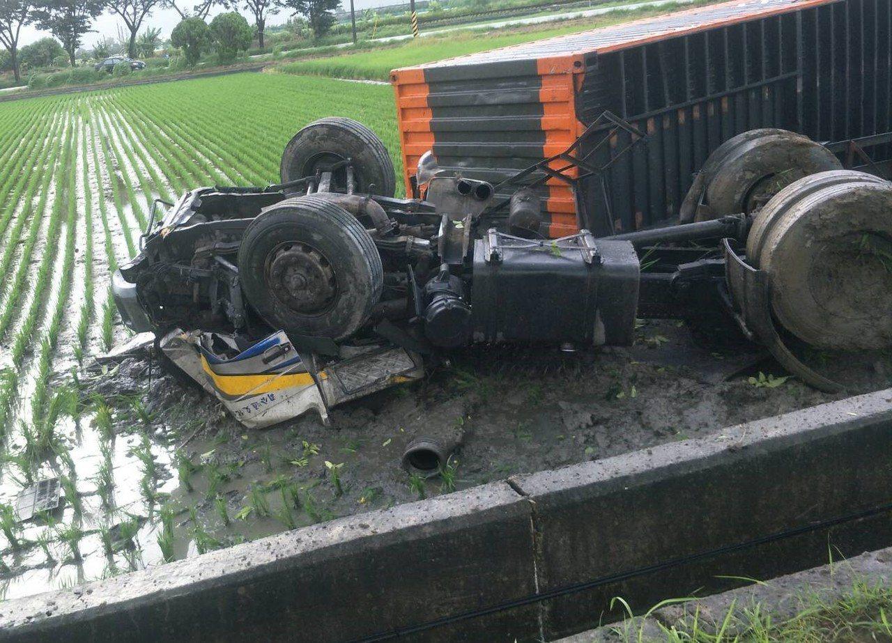 台南市台19省道麻豆往下營段,今天清晨6點多一部貨車翻落農地,司機受困變形的駕駛...