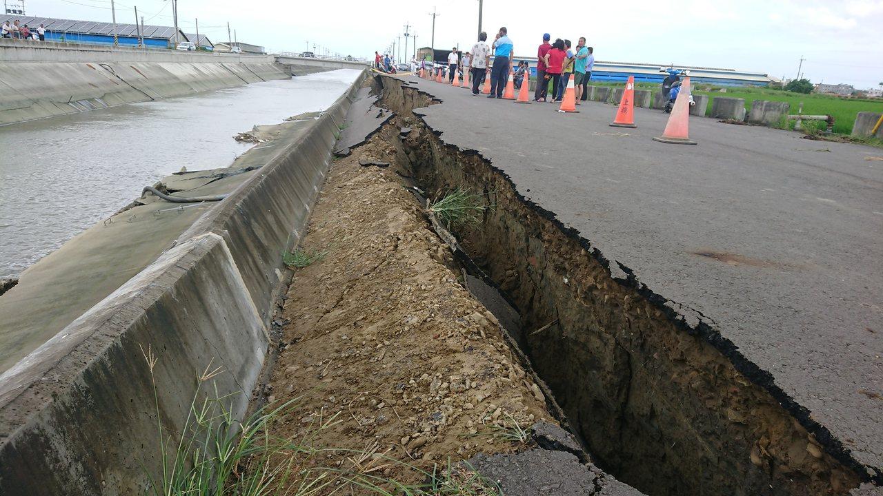 嘉義縣鴨母寮大排朴子牛挑灣段防汛道路今天上午坍塌。記者卜敏正/攝影