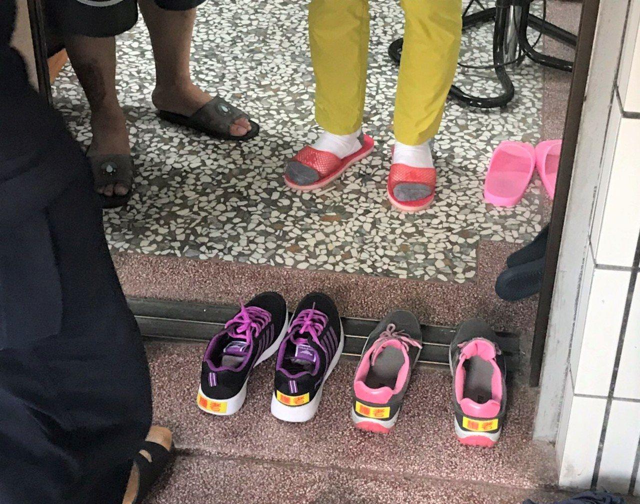台南新營分局特製「護老」貼紙,貼在社區失智長者的鞋子上,提醒社會大家共同守護老人...