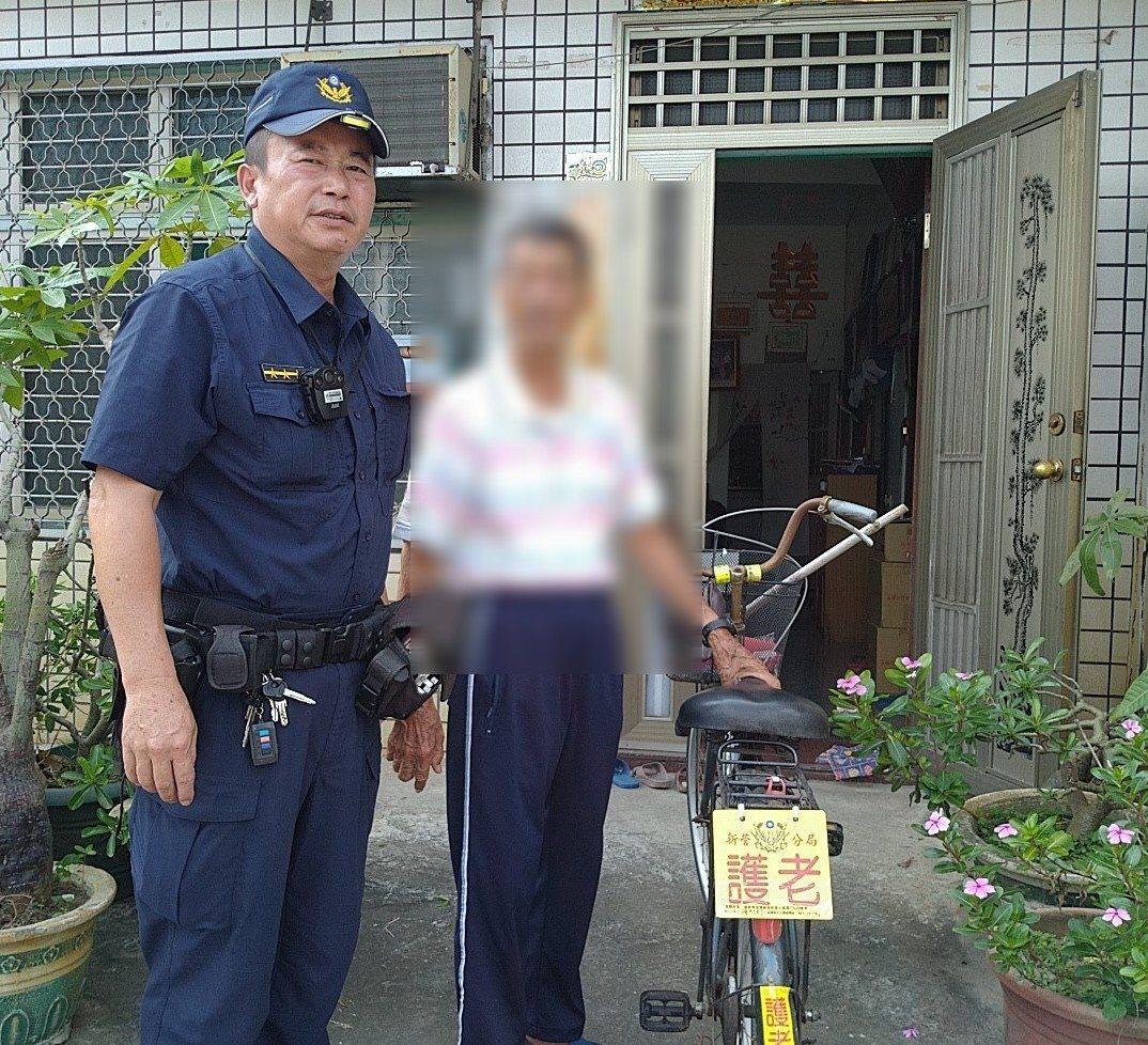 台南新營分局特製「護老」貼紙,貼在社區失智長者的車子或電動車,提醒社會大家共同守...