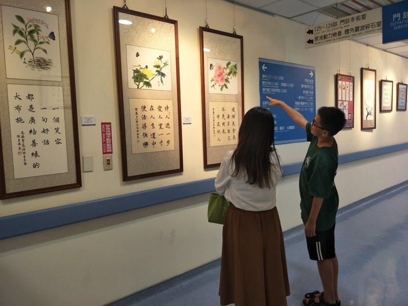 民眾欣賞書法作品。圖/童綜合醫院提供