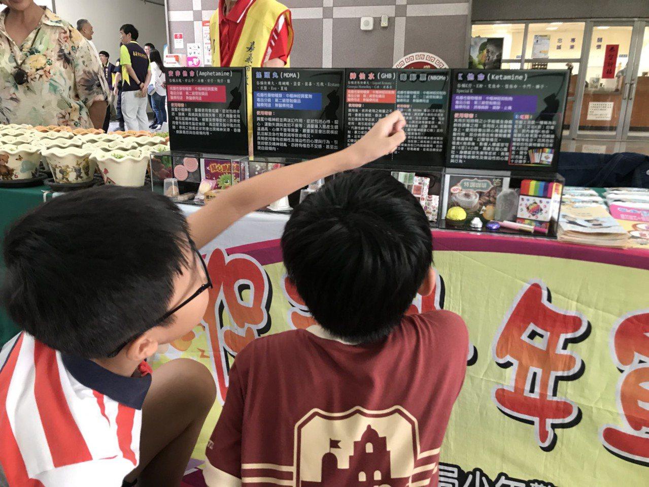 嘉義市警察局為預防青少年在暑期涉及不當場所或流連網咖衍生偏差行為,從上月起舉辦營...