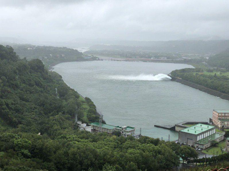 利奇馬颱風帶來明顯雨量,石門水庫入流量增多,北水局持續操作排洪放水,調節水庫蓄容量。圖/經濟部北區水資源局提供