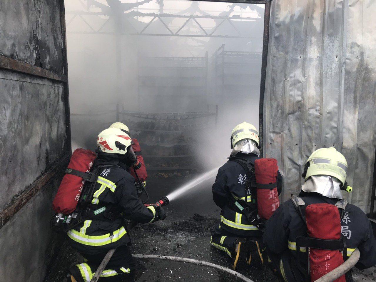 溪州鄉一間鐵皮屋菇寮今天中午起火,消防人員灌水搶救的情形。照片/消防局提供