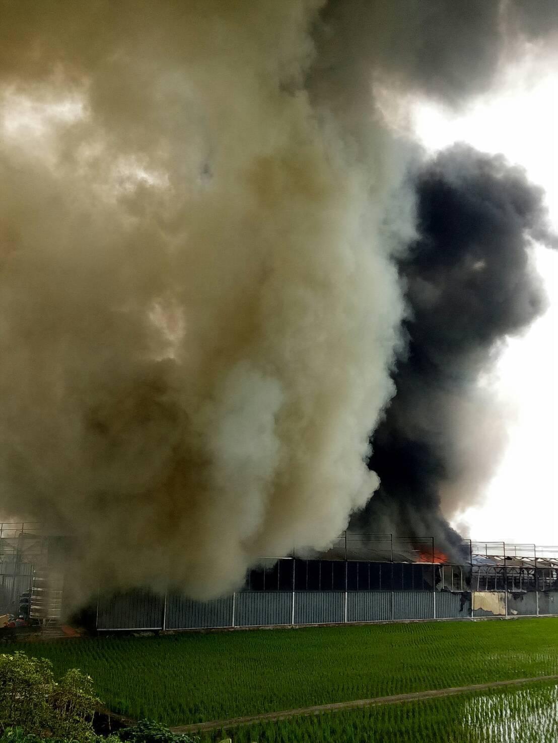 溪州鄉一間鐵皮屋菇寮今天中午竄出濃煙,付之一炬。照片/消防局提供