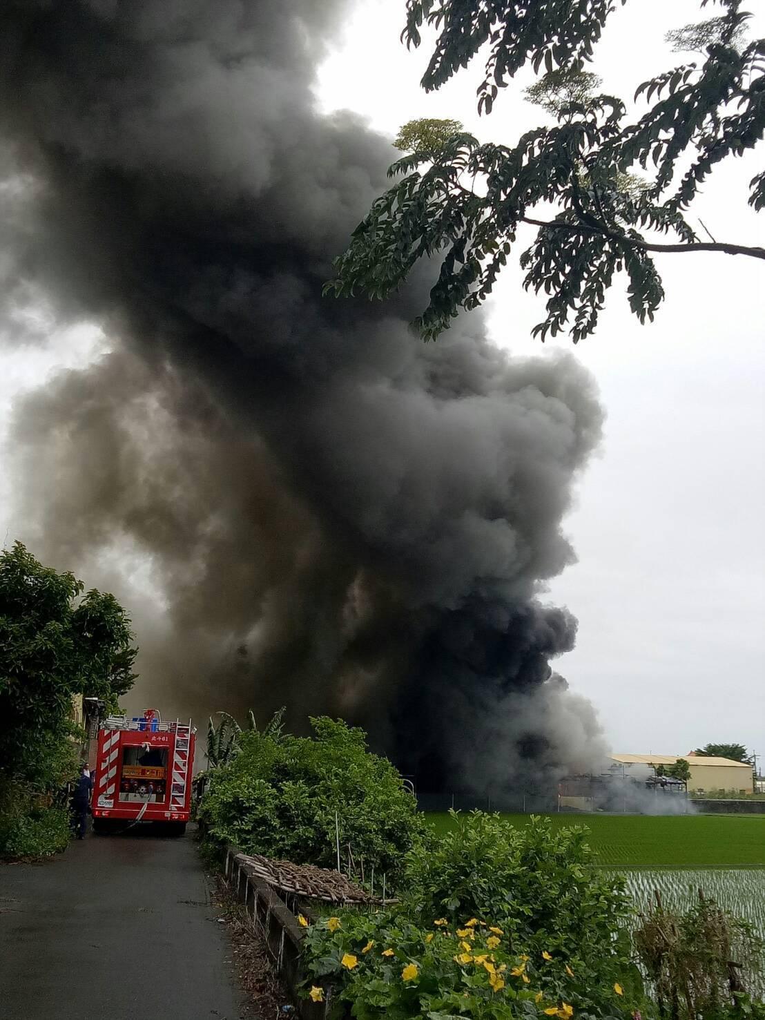溪州鄉一間鐵皮屋菇寮今天中午竄出濃煙。照片/消防局提供