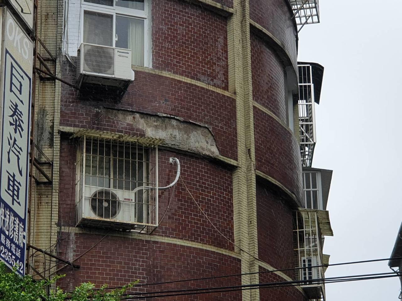新北市永和區保平路一處5層樓公寓,今天中午突然有大量磁磚剝落,從3樓公寓外牆掉落...