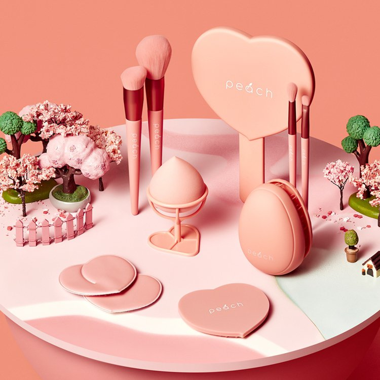 MISSHA蜜桃樂園刷具系列、手拿鏡、乾濕兩用Q彈美妝蛋。圖/屈臣氏提供